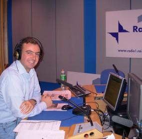 """Barnaba Ungaro nello studio Radio Rai Uno di Roma, a Saxa Lubra, durante la conduzione della trasmissione sportiva """"Zona Cesarini"""""""