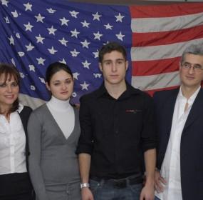 Roberto Bonzio con la sua famiglia prima della partenza per gli States - l'inizio della grande avventura di Italiani di Frontiera