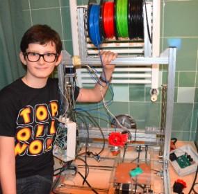 Cesare Cacitti con la sua prima stampante 3D